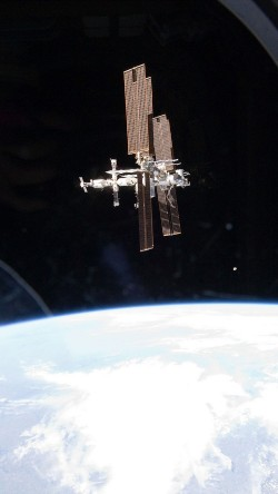 papers.co-ao03-in-space-station-night-earth-view-nature-33-iphone6-wallpaper