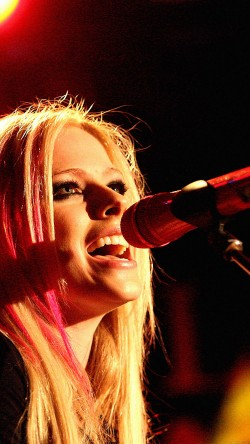 papers.co-hb39-wallpaper-avril-lavigne-sing-concert-33-iphone6-wallpaper